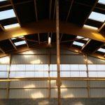 Étude, construction et montage de bâtiments industriels en charpente bois lamellé collé et charpente mixte (bois lamellé collé et métal/béton) dans l'Orne (61), en Normandie / LEVEQUE S CHARPENTE